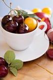Sommarfrukter och bär i en kopp arkivbilder