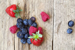 Sommarfrukter och bär, jordgubbar, blåbär, raspberrie Royaltyfri Foto
