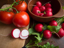 Sommargrönsaker på den bruna tabellen Arkivfoton