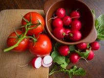 Sommargrönsaker på den bruna tabellen Royaltyfria Foton