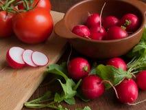Sommargrönsaker på den bruna tabellen Fotografering för Bildbyråer