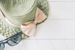 Sommarhatt med solglasögon på vitt trä arkivbilder
