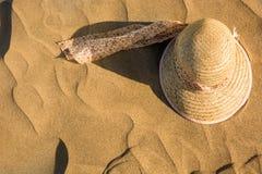 Sommarhatt på sand Copyspace sommar för snäckskal för sand för bakgrundsbegreppsram Royaltyfri Fotografi