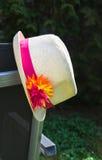 Sommarhatt som hänger på trädgårds- stol Royaltyfri Foto