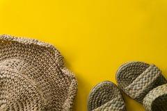 Sommarhattv?v och sandalv?v med gul bakgrund fotografering för bildbyråer