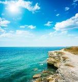 Sommarhavslandskap med Rocky Shore Royaltyfri Fotografi