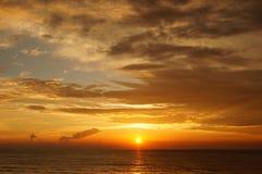 Sommarhavssolnedgång på havskusten arkivbilder