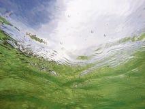 Sommarhimmel från undervattens- Arkivbild