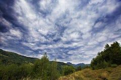 Sommarhimmel i Apuseni berg Arkivfoton