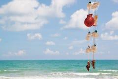 Sommarhimmel och härlig strand med hängande snäckskal Royaltyfri Bild