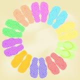 Sommarillustration med sandaler på sandstranden Stock Illustrationer