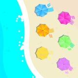 Sommarillustrationen med en strand och paraplyet sätter på land Vektor Illustrationer