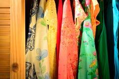 Sommarkläder i en garderob Royaltyfri Bild