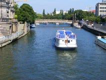 Sommarkryssning för turist- fartyg längs floden i Berlin royaltyfria bilder