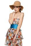 Sommarkvinna i chiffongklänning och en hatt Royaltyfri Bild