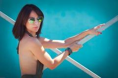 Sommarkvinna med solglasögon royaltyfri bild