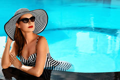 Sommarkvinnaskönhet, mode Sund kvinna i simbassäng Beträffande Arkivbild