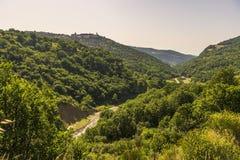 Sommarlandskap över Aliano badlandsnationalpark i Val D 'Agri, Basilicata arkivfoto