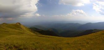 Sommarlandskap överst av det Carpathian berget royaltyfri bild