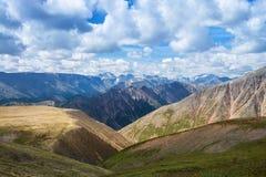 Sommarlandskap av östliga Sayan berg, scenisk sikt med molnig himmel 40 grader glaserar mer russia ruskiga siberia än Arkivbild