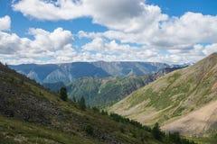 Sommarlandskap av östliga Sayan berg, scenisk sikt med molnig himmel 40 grader glaserar mer russia ruskiga siberia än Royaltyfria Foton