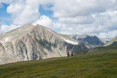 Sommarlandskap av östliga Sayan berg, scenisk voew med molnig himmel 40 grader glaserar mer russia ruskiga siberia än Royaltyfria Foton