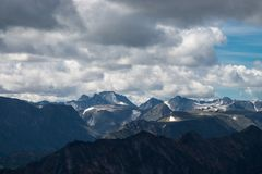 Sommarlandskap av östliga Sayan berg, scenisk voew med molnig himmel 40 grader glaserar mer russia ruskiga siberia än Arkivfoto