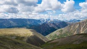 Sommarlandskap av östliga Sayan berg, scenisk voew med molnig himmel 40 grader glaserar mer russia ruskiga siberia än Royaltyfria Bilder
