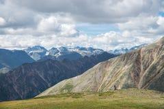 Sommarlandskap av östliga Sayan berg, scenisk voew med molnig himmel 40 grader glaserar mer russia ruskiga siberia än Fotografering för Bildbyråer
