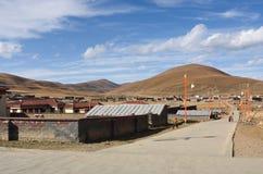 Sommarlandskap av byn p? v?gen av v?g 318 till Litang County royaltyfria foton