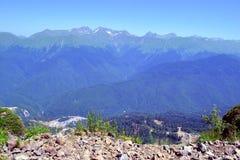 Sommarlandskap av Caucasian berg Arkivbilder