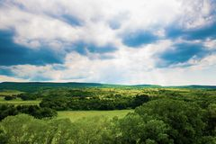 Sommarlandskap av gröna kullar royaltyfria bilder