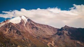 Sommarlandskap i berg och mörker - blå himmel Tid schackningsperiod materiel Timelapsed landskap med bergmaxima och molnigt lager videofilmer