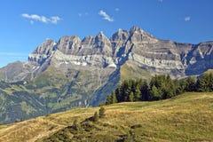 Sommarlandskap i de schweiziska fjällängarna Royaltyfri Fotografi