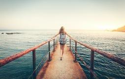 Sommarlandskap med den unga kvinnan med ryggsäcken royaltyfri fotografi
