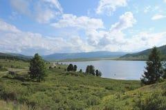 Sommarlandskap med en härlig sjö Royaltyfria Foton