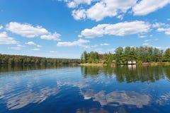 Sommarlandskap med en sjö arkivbild
