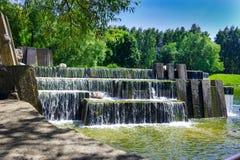 Sommarlandskap med en vattenfall Royaltyfri Foto