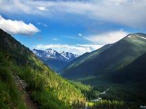 Sommarlandskap med flod- och bergsnö royaltyfria bilder
