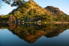 Sommarlandskap med floden och berg sjön royaltyfri foto