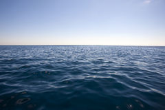 Sommarlandskap med havet och horisont över vatten arkivfoton