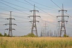 Sommarlandskap med kraftledningen Arkivbilder