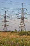 Sommarlandskap med kraftledningen Arkivfoton