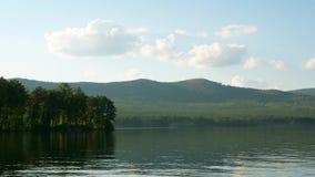 Sommarlandskap med timelapse för flod, för molnig himmel, skog- och sol sommarlandskap med tidschackningsperiod för flod och för  stock video