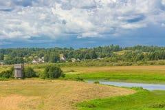 Sommarlandskap med väderkvarnen Fotografering för Bildbyråer