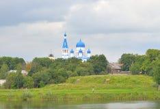 Sommarlandskap och Pokrovsky domkyrka Fotografering för Bildbyråer
