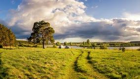 Sommarlandskap på bankerna av den Ural floden med ett tält, Ryssland, Juni Fotografering för Bildbyråer