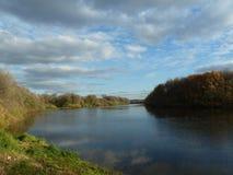 Sommarlandskap på flodbanken Arkivbilder