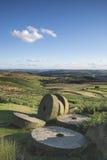 Sommarlandskapbild av kvarnstenar överst av den Stanage kanten i P Royaltyfria Foton