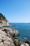 Sommarlandskapet av den steniga stranden Royaltyfria Bilder